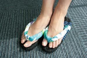 水色の布ぞうりをはいた足